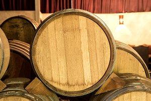 Barriles de vino apilados