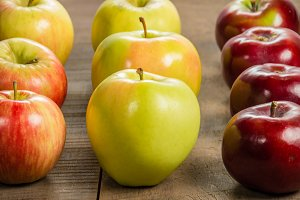 Red & yellow apples in a row