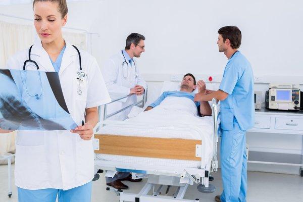 Doctor examining xray with colleagu…