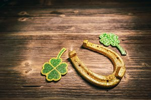 Horseshoe with clover leaf