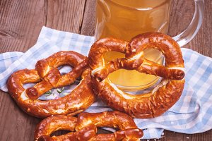 Bier pot with pretzels