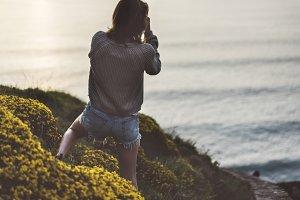 Girl photographs оcean