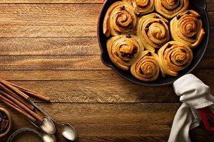Cinnamon buns with chocolate