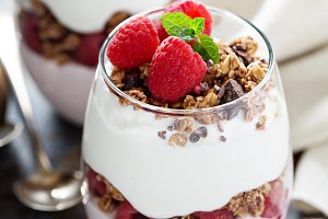 Yogurt parfait with raspberry and granola