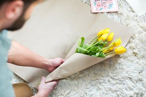 Man packing bouquet of tulips