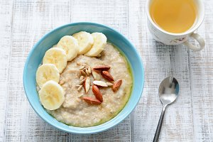Oatmeal porridge with bananas