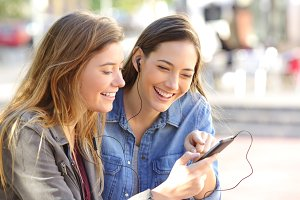 friends sharing a phone