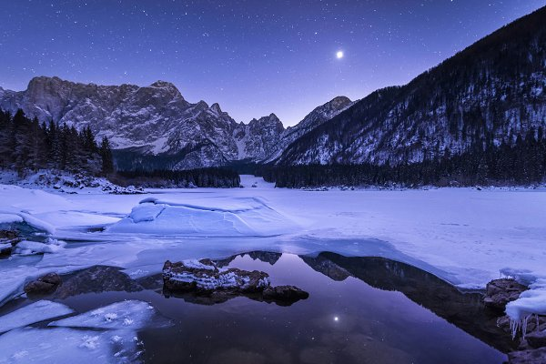 Night at the frozen lake