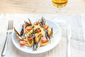 Spaghetti with mussels and cherry to