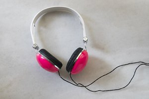 headphones pink in the background of marble white