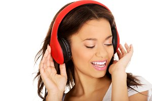 Woman with headphones listening to music.