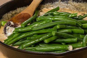 Green beans in cast iron pan