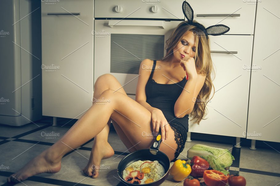 sexy-girls-playing-with-their-food-naked-women-vagina