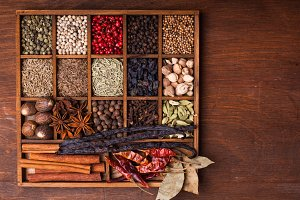 Spice set in wood box