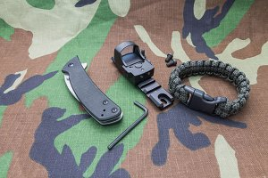 Set with sight, a knife and bracelet parachute cord.