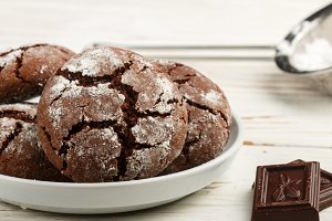 chocolate cookies with cracks