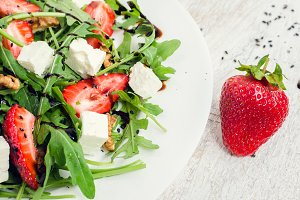 Fresh salad with arugula and strawberries
