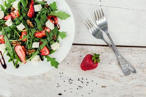 Salad with arugula and srtawberries