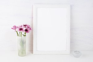 White frame mockup with daisies