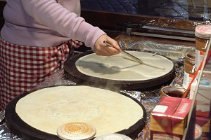 Cooking hot sweet pancakes on the street