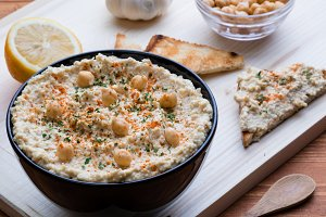 hummus in black bowl
