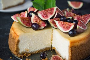 Cheesecake with figs and grapes