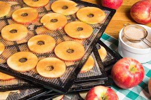 Drying apple slices