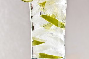 Vodka with lime, ice and soda