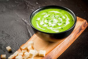 Cream soup with green peas
