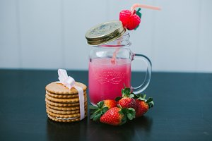 Strawberry fruit drink. Creamy cookies