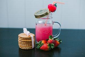 Strawberry fruit drink. Creamy cookies