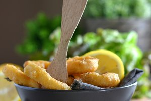Fried Calamari accompanied by lemon