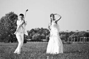 Bride and groom plays golf