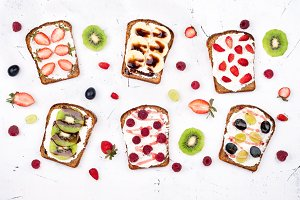 Sweet sandwiches with berries
