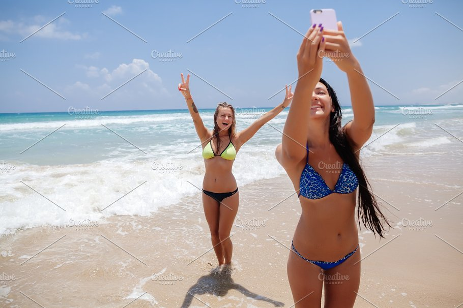 sisters-ass-sexy-people-on-the-beach-girls