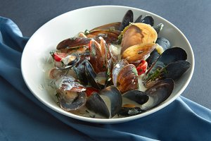 Ceramic plate with boiled mussels