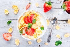 Yogurt with cornflakes & strawberry