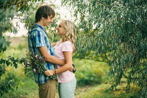 dating couple on picninc