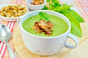 Soup puree with spinach and bacon