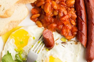 beans,fried eggs,sausages grill
