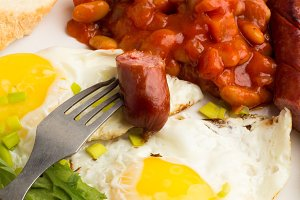 grilled sausages,fried eggs,beans