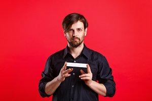 Man holding an empty copyspace
