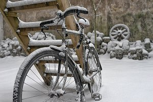 The bike in the winter in the yard