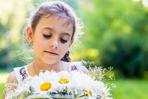 girl with bouquet of daisies