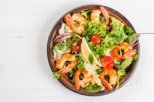 Salad with grilled shrimps