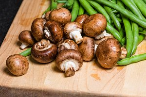 Button mushrooms and green beans