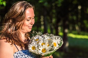 woman with bouquet of daisies