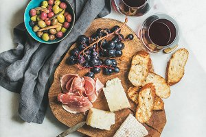 Red wine and snack set