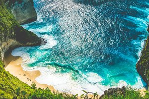 Manta Bay or Kelingking Beach with huge waves on beach on Nusa Penida Island, Bali, Indonesia