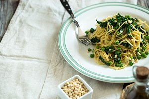 Spaghetti with spinach and green pea